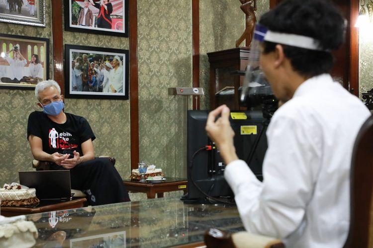 Gubernur Jawa Tengah Ganjar Pranowo mengajak penyandang tuna rungu Kurnia Khoirul Chandra (24) untuk magang di Pemprov Jateng.