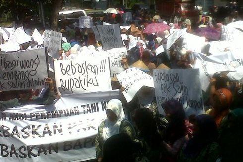 Bupati Rembang Diadili, Ratusan Warga Datangi Pengadilan Tipikor