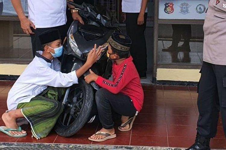 Dua santri Ponpes Giri Kusumo, Demak, asal Kota Semarang Haydar Ali bersama adiknya Nizar tak dapat membendung rasa bahagia saat motor mereka yang semula raib digondol pencuri ditemukan Polsek Tembalang, Selasa (6/4/2021).