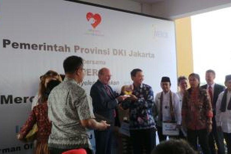 Gubernur DKI Jakarta Basuki Tjahaja Purnama (tengah) bersama Kepala Dinas Kesehatan DKI Koesmedi dan Wali Kota Jakarta Barat Anas Effendi, saat menghadiri peluncuran