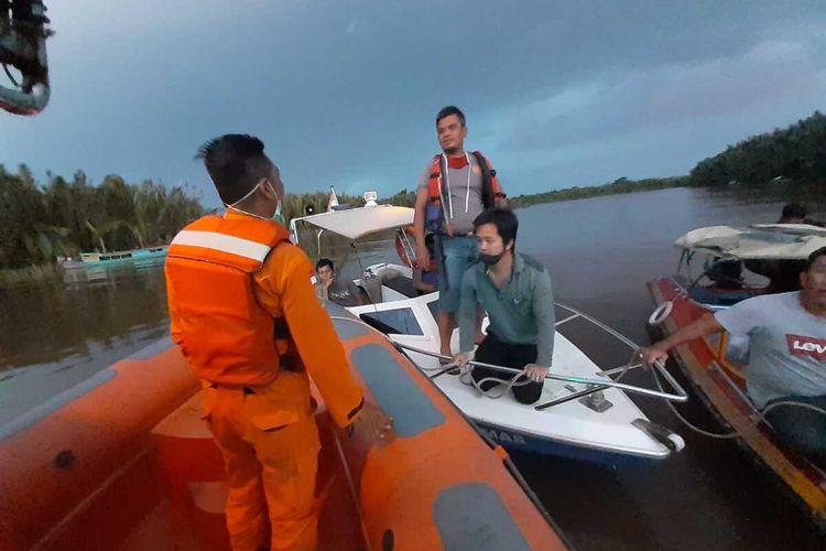 Tim gabungan melakukan proses pencarian satu korban hilang akibat tabrakan speedboat dengan motor air di Muara Kubu, Desa Kubu, Kecamatan Kubu, Kabupaten Kubu Raya, Kalimantan Barat, Minggu (12/7/2020) sore.