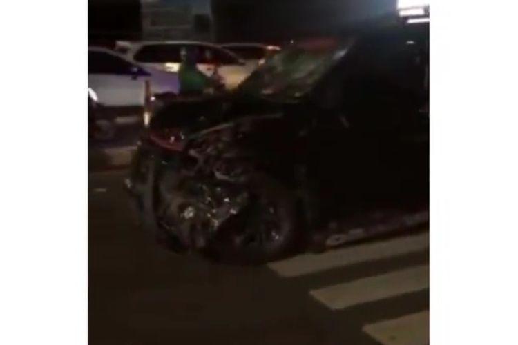 Mobil Baharuddin saat dirusak warfa usai menabrak lari sejumlah pengendara motor di Jalan Urip Sumoharjo, Makassar, Selasa (25/2/2020) malam.