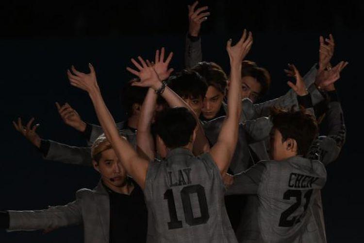 Penampilan grup K-pop EXO dalam acara pembukaan Asian Games 2014 di Incheon, Korea Selatan, Jumat (19/9/2014) malam.
