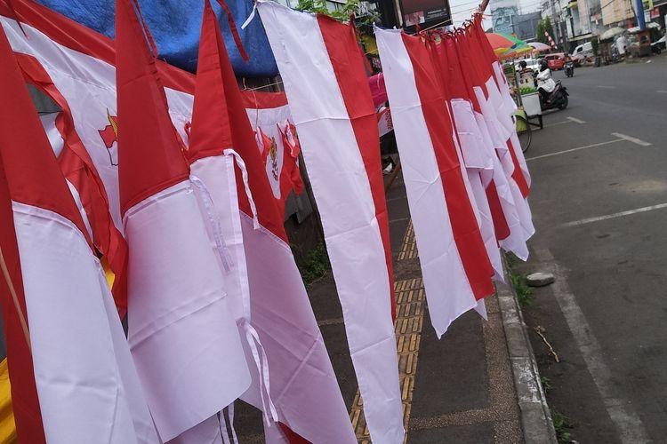 Deretan bendera dan umbul-umbul yang dijual diemperan perkotaan Tasikmalaya sepi pembeli di masa pandemi Agustusan tahun ini, Senin (10/8/2020).