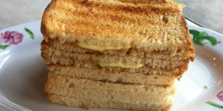 Roti panggang dengan srikaya dan mentega.