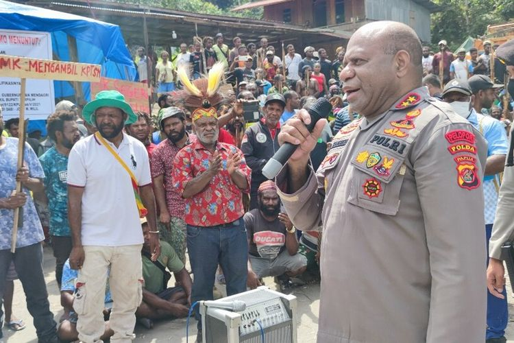 Kapolda Papua, Irjen Mathius D Fakhiri menemui massa pendukung pasangan calon kepala daerah Yalimo, Erdi Dabi-Jhon Wilil, yang masih memalang jalan di Distrik Elelim, Kabupaten Yalimo, Papua, Senin (5/7/2021)