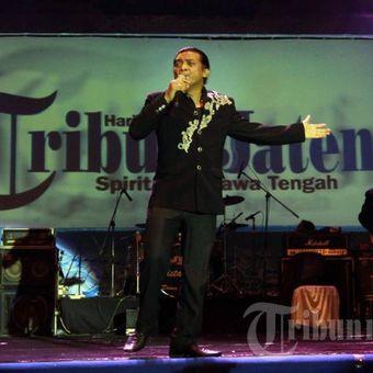 Penyanyi campur sari legendaris, Didi Kempot membawakan lagu Tanjung Emas Ninggal Janji pada perayaan HUT ke 50 Kompas Gramedia pada acara Banjir Kanal Barat (BKB) Festival 2013 di area Bendungan Pleret BKB, Simongan, Kota Semarang, Jateng, Sabtu (7/9/2013) malam.