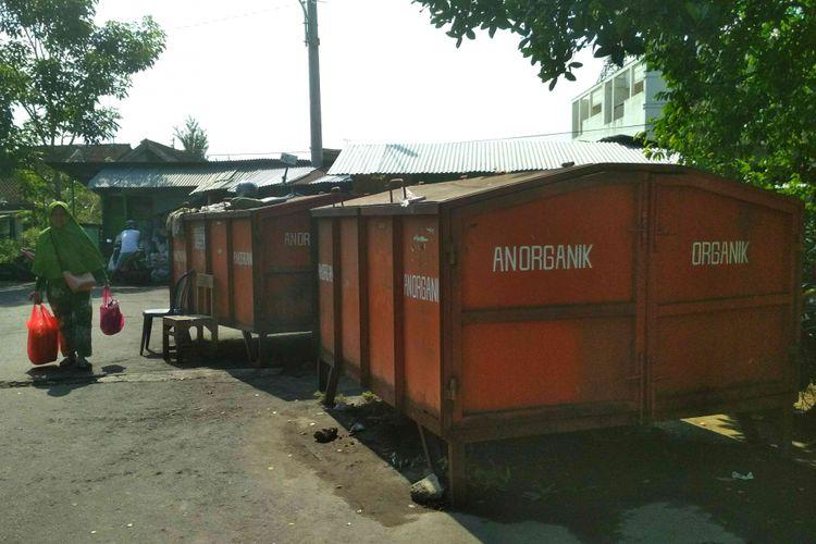 Gerobak sampah sesuai jenis sampah yang ada di Pasar Rejowinangun Kota Magelang, Jawa Tengah, Jumat (13/4/2018).
