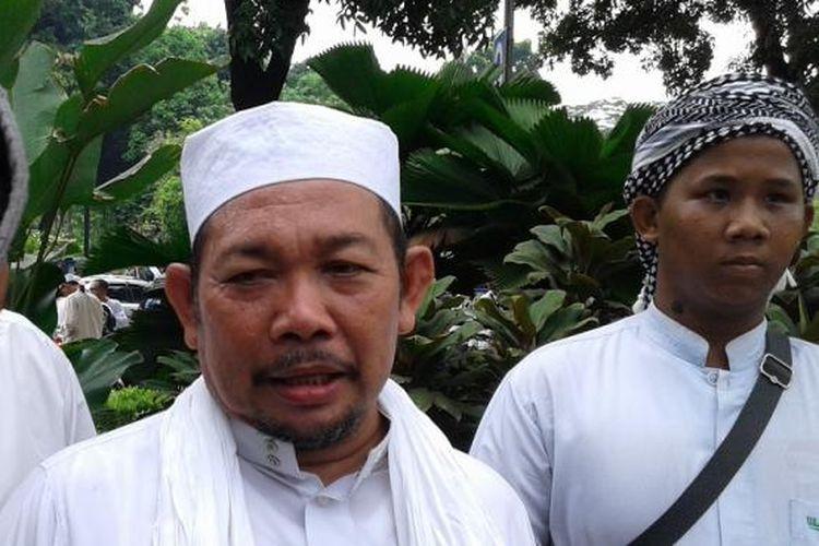 Fahrurrozi Ishaq, anggota Forum Umat Islam (FUI) dan Ketua Gerakan Masyarakat Jakarta (GMJ) yang disebut tiga kali oleh Imam Besar Front Pembela Islam (FPI) Rizieq Shihab akan dijadikan gubernur tandingan melawan Basuki Tjahaja Purnama, di depan Balaikota, Senin (10/11/2014).