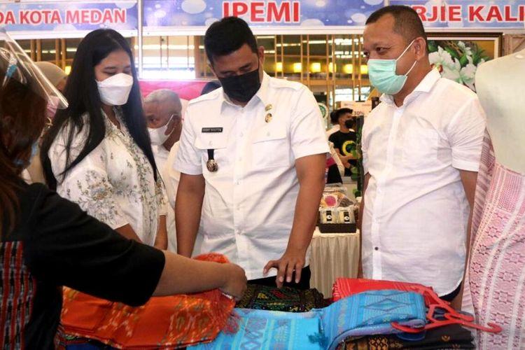Wali Kota Medan Muhammad Bobby Afif Nasution bersama Ketua Dekranasda Kota Medan Kahiyang Ayu meninjau stand di acara pemasaran produk koperasi dan UMKM di Manhattan Times Square, Rabu (7/4/2021)