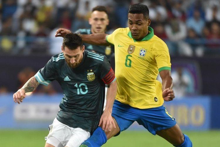 Lionel Messi mencoba melewati penjagaan Alex Sandro pada laga Brasil vs Argentina dalam partai persahabatan internasional di Riyadh, Arab Saudi, 15 November 2019.