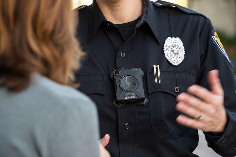 Wujud kamera Axon Body 2 yang terpasang di tubuh anggota kepolisian