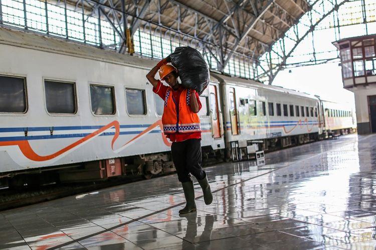 Seorang petugas berjalan di samping gerbong kereta api lokal di Stasiun Tanjung Priok, Jakarta Utara, Kamis (7/9/2017). Sejak dioperasikan kembali rute Tanjung Priok-Jakarta Kota, jumlah penumpang yang naik dan turun di stasiun itu terus meningkat, tercatat sejak Februari rata-rata 1.000 orang di hari biasa dan mencapai 1.300 orang di hari libur.