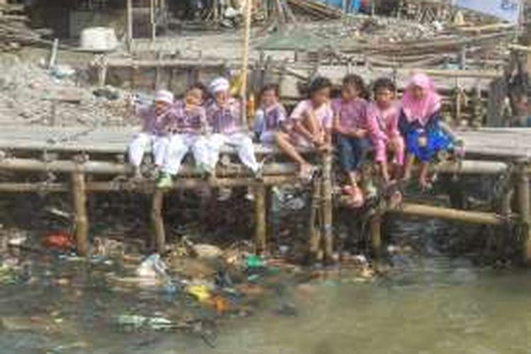 Para anak-anak nelayan yang tinggal di perkampungan nelayan di Muara Angke, Jakarta Utara.