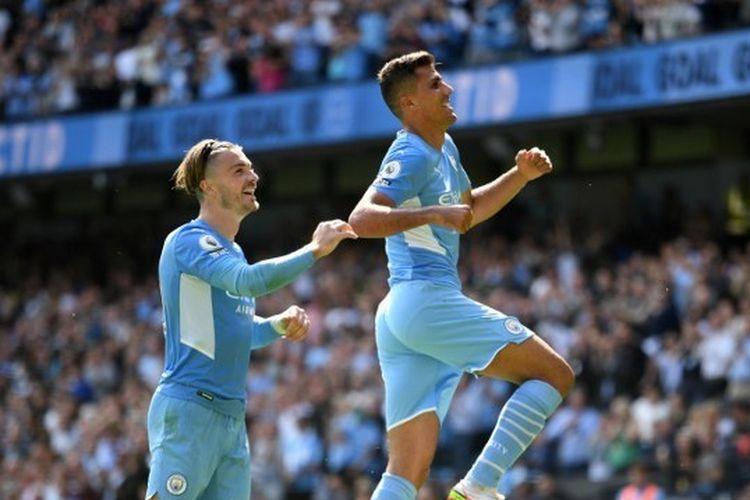 Gelandang Manchester City, Rodri, bersama dengan Jack Grealish merayakan gol ke gawang Arsenal pada laga Liga Inggris di Stadion Etihad, Sabtu (28/8/2021).