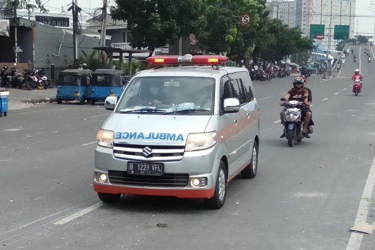 Mobil Ambulans Lalulalang Bawa Korban bentrokan di Jalan Jati Baru Raya, Tanah Abang, Jakarta Pusat, Rabu (22/5/2109)