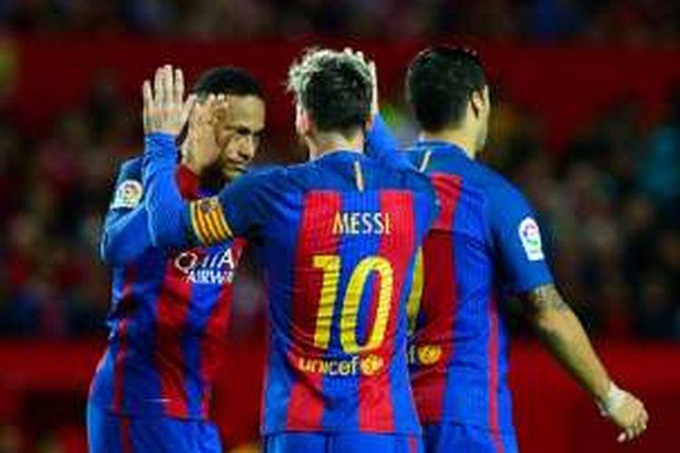 Trio MSN, Lionel Messi, Luis Suarez, dan Neymar, merayakan gol Barcelona ke gawang Sevilla pada pertandingan La Liga di Stadion Ramon Sanchez Pizjuan, Minggu (6/11/2016).