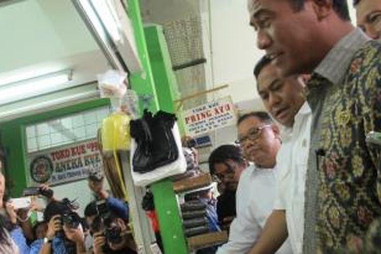 Menteri Perdagangan (Mendag) Rahmat Gobel bersama-sama Menteri Pertanian (Mentan) Andi Amran Sulaiman menggelar inspeksi mendadak (sidak) pasokan dan harga beras di Pasar Cibinong, Bogor, Rabu (20/5/2015).