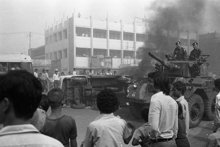 AKSI MALARI (Limabelas Januari) 1974 di sepanjang Jalan Kramat Raya, Jakarta Pusat.