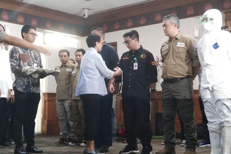 Menteri Luar Negeri Retno Marsudi melepas tim evakuasi WNI di Wuhan, Hubei, China. Acara pelepasan digelar di Terminal I VIP Bandara Soekarno-Hatta, Tangerang, Banten, Sabtu (1/2/2020).