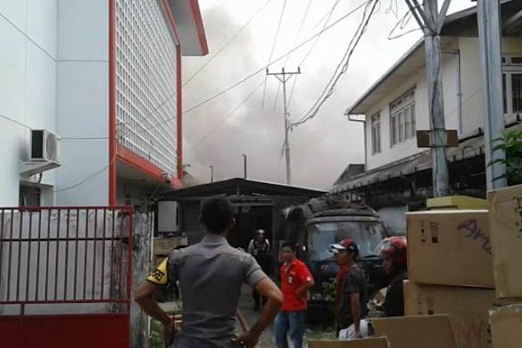 Kantor Telkom yang berada di Jalan Pattimura Ambon terbakar, Selasa (5/2/2019). tampak sejumlah pegawai Telkom sementara mengeluarkan barang-barang penting dari dalam kantor tersebut