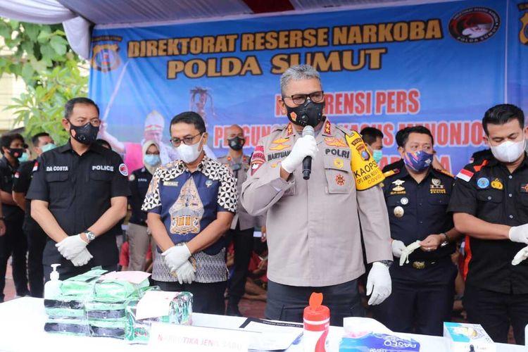 Kapolda Sumut Irjen Pol Martuani Sormin menyebut 14,82 kg narkotika jenis sabu-sabu disita dalam kasus peredaran narkoba jaringan Aceh - Sumatera Utara (Sumut) dan Aceh - Sumut - Jambi. 7 orang sebagai tersangka yang masing-masing Rp 10 juta untuk membawa barang tersebut. Para pelaku meletakkan sabu-sabu tersebut di dalam loud speaker untuk mengelabui petugas.