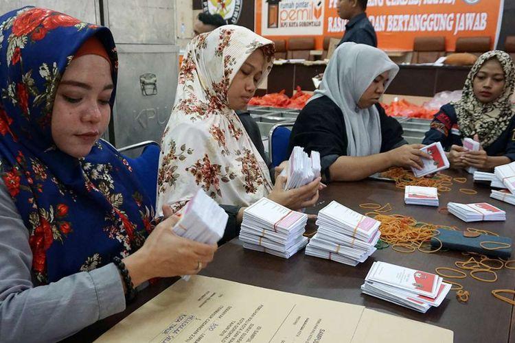 Petugas merapikan surat suara sebelum dimasukkan kedalam kotak suara di kantor Komisi Pemilihan Umum (KPU) Kota Gorontalo, Gorontalo, Senin (25/6/2018). KPU Kota Gorontalo akan mendistribusikan kotak suara ke 258 Tempat Pemungutan Suara (TPS) jelang hari pencoblosan Pilwako Gorontalo pada 27 Juni.