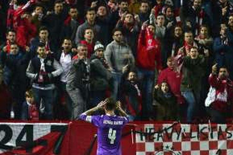 Kapten Real Madrid, Sergio Ramos, dicemooh oleh para pendukung Sevilla saat laga leg kedua Copa del Rey, di Stadion Ramon Sanchez Pizjuan, Kamis (12/1/2017) waktu setempat.