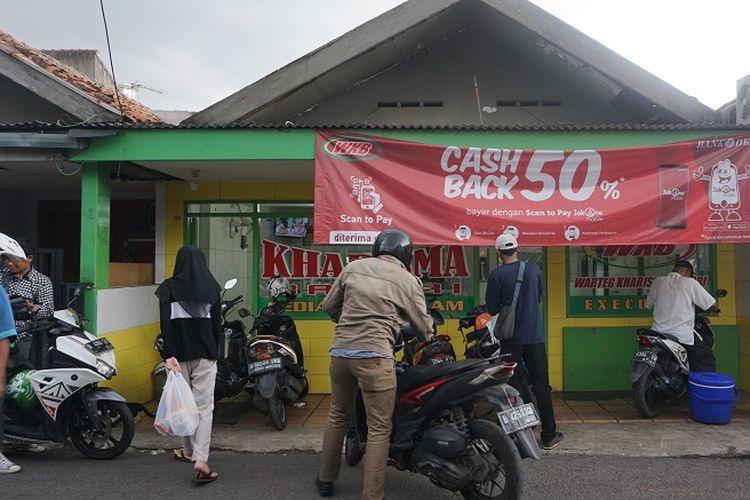 Beberapa pembeli terlihat ramai di depan Warteg Kharisma Bahari di jalan Haji Batong Raya, kelurahan Cilandak Barat, Jakarta Selatan, Selasa (23/10/2018) sore.