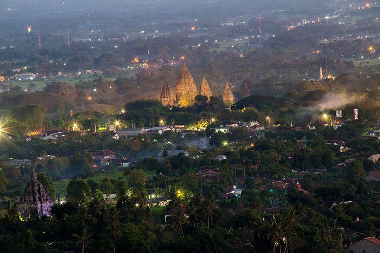 Panorama Candi Prambanan dan Candi Sojiwan dari Spot Riyadi.