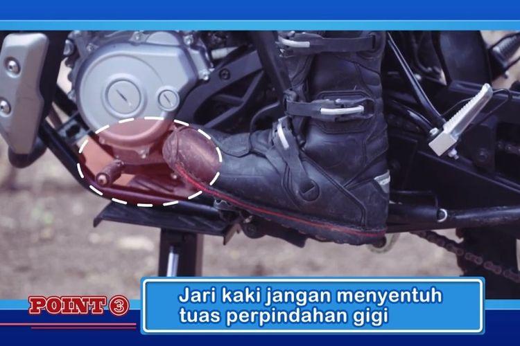 Cara mengendalikan motor dalam posisi berdiri