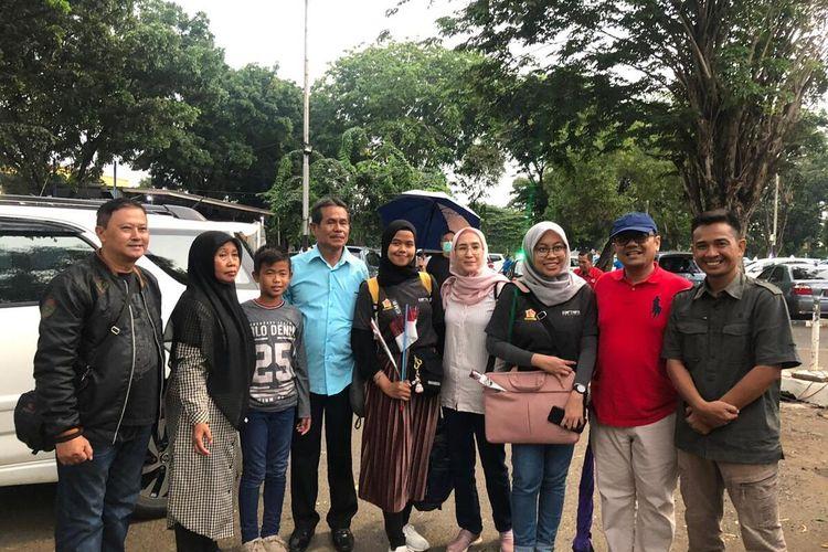 Jajaran Dinas Kesehatan Kabupaten Bekasi bersama dua mahasiswi asal Bekasi yang kuliah di Wuhan, China, di Bandara Halim Perdanakusuma, Jakarta Timur, Sabtu (15/2/2020).
