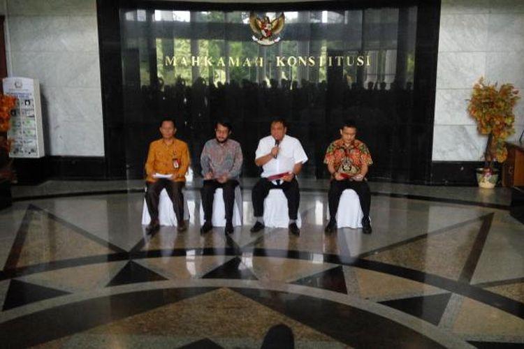 Kiri-Kanan: Panitera Mahkamah Konstitusi (MK) Kasianur Sidaruk, Wakil Ketua MK Anwar Usman, Ketua MK Arief Hidayat, Sekjen MK Guntur Hamzah dalam konfrensi pers di gedung MK, Jakarta Pusat, Jumat (27/1/2017).
