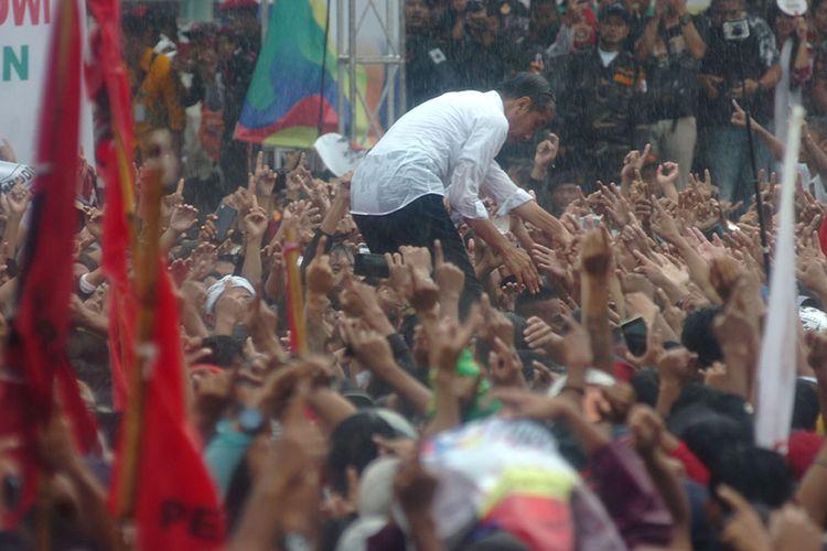 Calon Presiden nomor urut 01 Joko Widodo menyapa pendukung ketika kampanye terbuka di Lapangan Dukuhsalam, Kabupaten Tegal, Jawa Tengah, Kamis (4/4/2019). Dalam kampanyenya, Jokowi menyampaikan program Kartu Sembako, Kartu Prakerja dan Kartu KIP Kuliah serta memenangkan pasangan Jokowi-Maruf Amin pada pilpres 17 April mendatang.