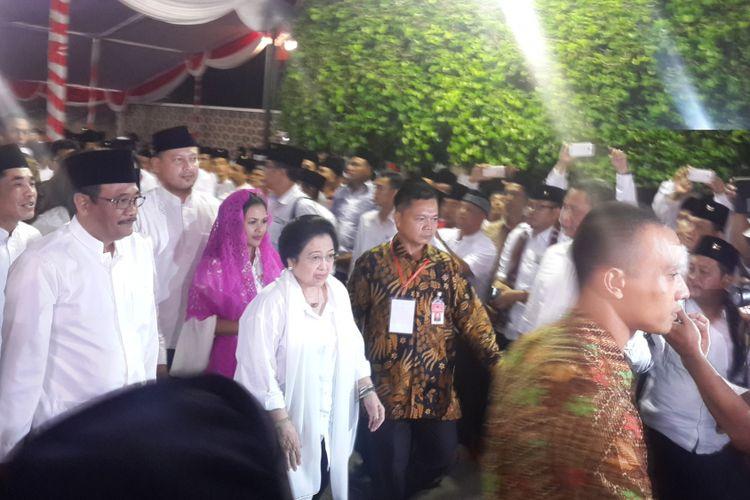 Ketua Umum PDI Perjuangan Megawati Soekarno Putri didampingi Plt Gubernur DKI Jakarta Djarot Syaiful Hidayat saat menghadiri tarawih bersama dan peringatan Hari Lahir Soekarno di Makam Bung Karno, Kota Blitar, Senin (5/6/2017) malam