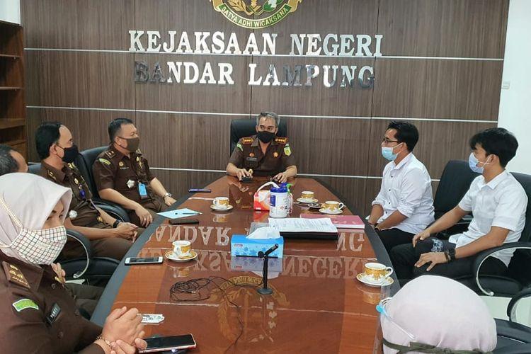 Pelimpahan berkas tahap I kasus penusukan syekh ali jaber ke Kejari Bandar Lampung. (FOTO: Dok. Polda Lampung)