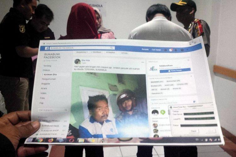 Petugas kepolisian Polres Sukabumi Kota menunjukkan barang bukti dalam perkara penyebaran berita bohong atau hoaks saat konferensi pers di Sukabumi, Jawa Barat, Jumat (2/11/2018).