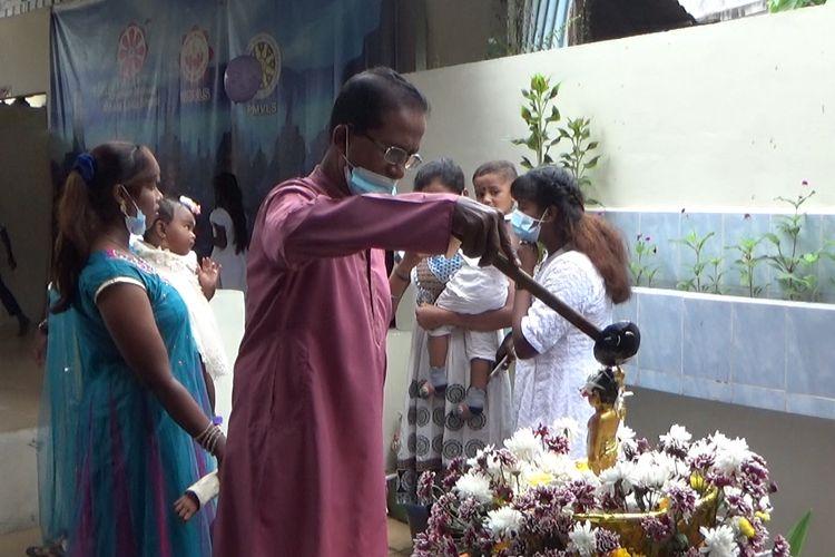 Umat Buddha etnis Tamil di Medan melakukan ritual pemandian arca Buddha sebagai bagian dari prosesi perayaan Waisak 2565 penanggalan buddhis, Rabu (26/5/2021).