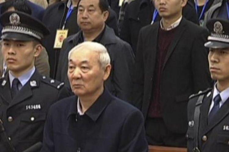 Zhang Zhongsheng, mantan Wakil Wali Kota di Luliang ketika menjalani sidang vonis Rabu (28/3/2018), Zhang dijatuhi vonis mati karena terbukti bersalah menerima suap hingga Rp 2 triliun.