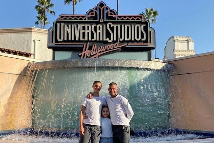 David Beckham memamerkan gaya potongan sweet buzz  bersama putranya Romeo (17), dan anak perempuannya Harper (8) di Universal Studio, Hollywood, Amerika Serikat.