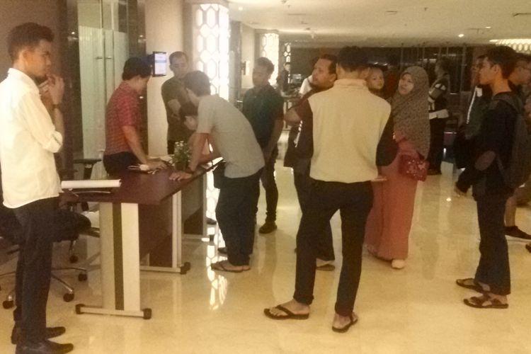 Keluarga korban Lion Air JT 610 di Pangkal Pinang, mengisi daftar hadir untuk melihat display dokumentasi barang-barang yang ditemukan selama proses evakuasi.