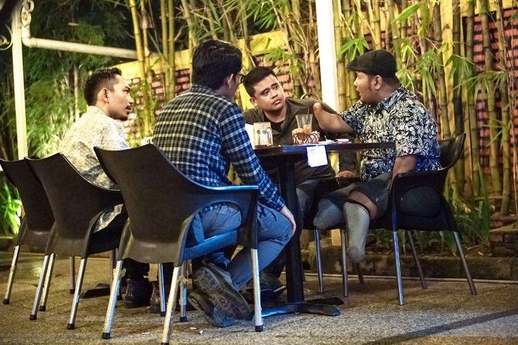 Bobby Nasution berbincang dengan ahmad Faury (kanan) pada Selasa (7/1/2020). Dalam diskusi tersebut, terungkap bahwa Kota Medan belum ramah terhadap kaum difabel.