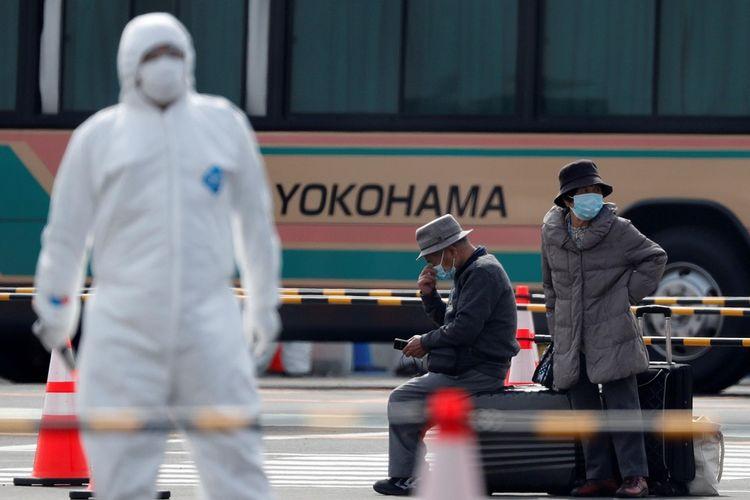 Penumpang menunggu kendaraan setelah meninggalkan kapal pesiar Diamond Princess yang terkena virus korona baru yang sedang berlabuh di Pelabuhan Yokohama, selatan Tokyo, Jepang, Kamis (20/2/2020). ANTARA FOTO/REUTERS/Kim Kyung-Hoon/wsj/cfo
