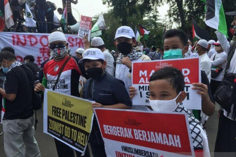 Sejumlah anak-anak ikut dalam aksi Bela Palestina di depan Kantor Kedutaan Besar Amerika Serikat, Jalan Medan Merdeka Selatan, Jakarta Pusat, Jumat (21/5/2021) siang. Mereka ikut aksi itu karena diajak oleh orang tuanya.