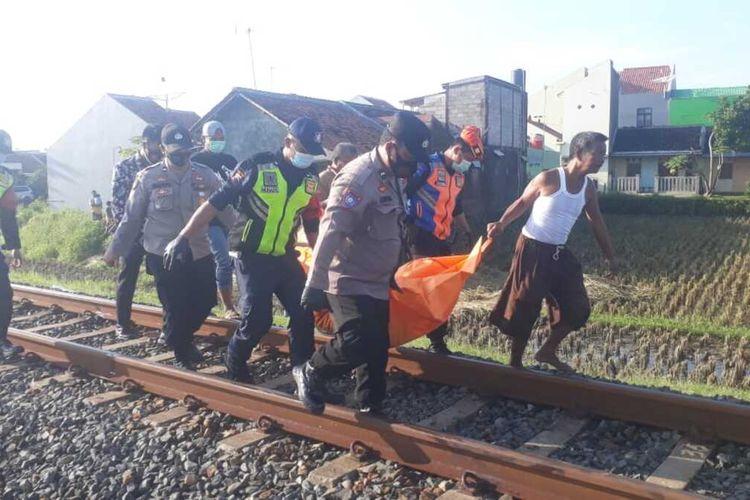 Evakuasi jasad korban yang tertabrak KA di jalur hulu petak Kebumen - Wonosari KM 453+0/1, Kelurahan Selang, Kecamatan Kebumen Kabupaten Kebumen. Jawa Tengah, Jumat (12/3/2021).