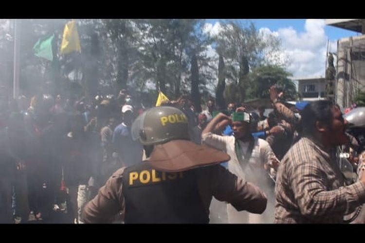 Betrok polisi dengan massa pendemo