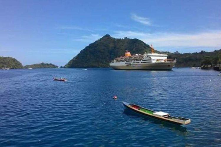 Sebuah kapal Pelni saat memasuki Pelabuhan Banda Nerira, Kabupaten Maluku Tengah