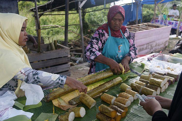 Leumang merupakan salah satu jajanan khas bulan Puasa di Aceh, makanan yang memiliki cita rasa gurih ini berbahan utama beras dan ketan yang masukkan kedalam potongan bambu  kemudian dimasak dengan menggunakan bara api dipanggang hingga matang mulai dari pagi hingga sore hari. Jum,at (18/05/18).  Usaha leumang Wak Afsah ini hanya dijual pada saat bulan pusa di jalan Syiah Kula, Banda Aceh. harganya juga terblang ekonomis mulai dari potongan irisan kecil seharga Rp.10 ribu hingga Rp100 ribu perbambu.