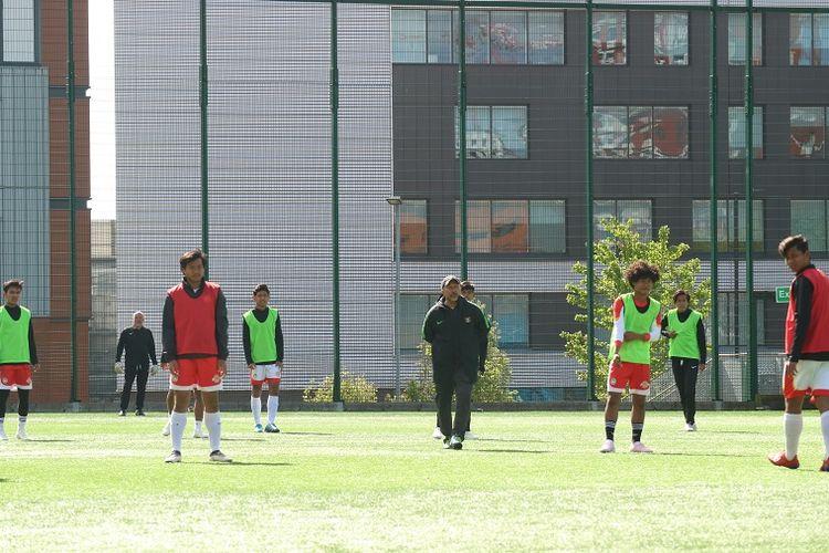Pelatih timnas U-19, Fakhri Husaini, saat memimpin latihan Garuda Select di Lapangan Universitas Aston, Birmingham, Inggris, Sabtu (4/5/2019).