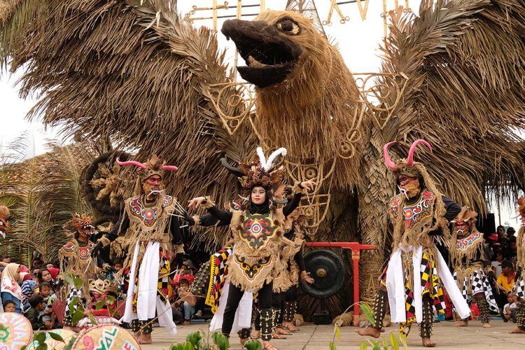 Sejumlah penari dari sanggar Batara menampilkan tari Mahesasura di panggung terbuka arena Festival Lima Gunung (FLG) XVIII di kawasan lereng gunung Merapi Dusun Tutup Ngisor, Sumber, Dukun, Magelang, Jawa Tengah, Minggu (7/7/2019). Sebanyak 77 grup kesenian dan ratusan seniman lintas aliran dari berbagai daerah di Indonesia turut memeriahkan gelaran FLG XVIII yang diselenggarakan seniman petani komunitas lima gunung (Merapi, Merbabu, Andhong, Menoreh dan Sumbing) yang mengusung tema Gunung Lumbung Budaya.